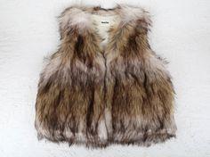 Los chalecos de pelo se han convertido en un MUST HAVE de esta temporada. Chalecos cortos o largos, de diferentes texturas, colores y sobre todo muy calentitos. Puedes combinarlos con cualquier estilismo. Talla unica.