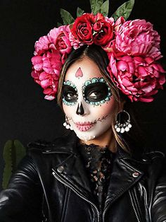"""Unicorns and Co .: These are the coolest Halloween costumes 2 Einhörner und Co.: Das sind die coolsten Halloween-Kostüme 2016 The figure """"La Catrina"""" actually comes from Mexico – as a costume it is not only cool, but also quite fashionable. Disfarces Halloween, Halloween Makeup Looks, Pretty Halloween, Halloween Makeup Sugar Skull, Halloween Makeup Unicorn, Sugar Skull Makeup Tutorial, Skeleton Makeup, Halloween Tutorial, Halloween Fashion"""