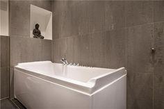 Mooie badkamer, strak, natuursteen, bubbelbad, regendouche en vakjes ...