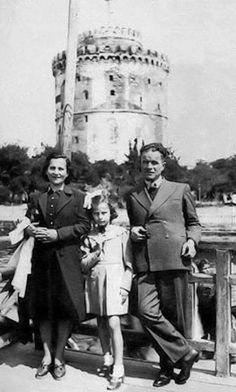 Η  Τζένη  Καρέζη  με τους  γονείς  της  μπροστά  στον  Λευκό  Πύργο. Στις  αρχές  της  δεκαετίας  του  1940.