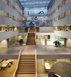 TNT | Jaar: 2011 | Locatie: Hoofddorp | Inrichting: Bureaustoelen | Ontwerp pand: Architectenbureau Paul de Ruiter | Ontwerp interieur: Ex Interiors | Omschrijving: Het hoofdkantoor van TNT is één van de duurzaamste gebouwen van Nederland. Daarnaast is het gebouw transparant en inspirerend, waarbij het Atrium de centrale plek in het gebouw is. PVO Interieur heeft de cradle-to-cradle bureaustoelen geleverd.