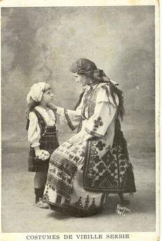 Pour patienter cette belle carte trouvée sur le net qui représente, je pense, les costumes de Serbie avant l'apparition des motifs floraux (milieu du 19ème). Si je me trompe vous le dites... Ecrire un commentaire 1 commentaire