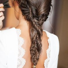 Los peinados de Novia con Trenza llegaron para quedarse, dan un aspecto juvenil y natural a la Novia!!!! Nos encanta esta trenza de nuestra Novia Mara Cerrato!!! #novia #bridal #trenza #espiga #natural #wedding #bridal