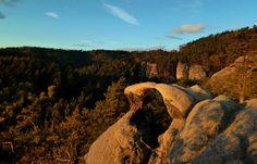 ČESKÝ RÁJ Příhrazské skály-Příhrazské skalní město Český rájPříhrazské pískovcové skalní město je názornou ukázkou skalního města, v SZ části nad obcí Dneboh skály z pískovcového masivu vystupují jen částečně, avšak v hlubokých kaňonech místních potoků, v údolích Krtola a Vlčí důl nalezneme vysoké skalní věže, jeskyně, skalní brány a dokonce i skalní hřiby ..