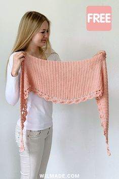 This beginner-friendly shawl is perfect for people who want to give their first crochet shawl a try! Free crochet pattern on wilmade.com, including video. #crochet #scarf #shawl #shawlette #wrap #pattern #free #beginners #diy #howto #easy #lionbrand #beautifulyou #roundcrochetshawl #halfcircleshawl