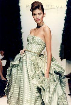 Oscar de la Renta for Balmain, 1998 Pierre Balmain, Ny Fashion Week, High Fashion, Fashion Basics, Women's Fashion, Beautiful Gowns, Beautiful Outfits, Gorgeous Dress, Beautiful Clothes