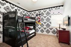 Se do lado de fora a natureza se encarregou de decorar o ambiente, do lado de dentro você terá vários quartos para soltar a imaginação. No quarto das crianças por que não explorar a maior atração turística de Orlando, nos EUA? Temas como o casal mais famoso do parque de diversões Disney World, Mickey e Minnie Mouse, pode ser uma opção