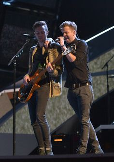 Ryan and Brent (OneRepublic) Pop Rock Bands, Cool Bands, Bass Cello, Ryan Tedder, Eddie Fisher, Onerepublic, Love Run, Colorado Springs, How To Look Better