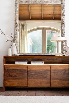 Buffet de rangement 3 portes et 1 niche FENI. Dimensions : 160 x 44 cm, hauteur 81 cm. Ce meuble au look contemporain est fabriqué en bois de manguier massif et offre l'aspect du bois sombre. Les bords de la facade sont biseautés pour apporter un style moderne. Chaque porte cache une étagère pour y ranger vos objets. Ce buffet peut servir dans votre salle à manger ou dans un bureau pour y entreposer vos affaires à l'abri des regards.