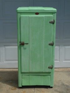 2 coats of ASCP completely covered the rust finish on this neat old icebox.  You must see the before pic!  Michelle used a mix of 50% Antibes and 50% Old White, then did a wash with Old White and finished with clear wax.  Lovely!