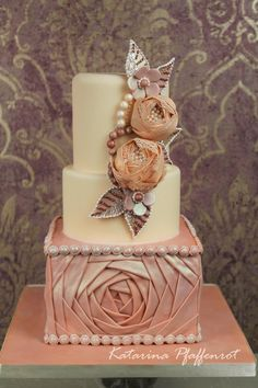 Luxury wedding cake!  Enjoy RUSHWORLD boards, WEDDING CAKES WE DO, WEDDING GOWN HOUND and BRIDAL VEILS AND WEDDING HEAD PIECES. Follow RUSHWORLD! We're on the hunt for everything you'll love! #LuxuryWeddingCake #WeddingCake #DreamWeddingCake