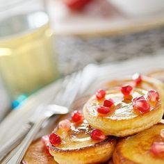 Was passt besser zu einem Brunch als leckere Pfannkuchen. Dieses Rezept aus dem Hause Bachmann ist mit Granatapfel. Viel Spass beim nachmachen.  Die grosse Kunst der kleinen Verführung. #Bachmannmoment #ConfiserieBachmann #Confiserie #Bachmannconfiserie #Bäckerei #Bakery #pancakes  #pfannkuchen #Rezept #DIY #breakfast Catering, Pancakes, French Toast, Brunch, Breakfast, Food, Truffle, Chocolates, Pomegranate