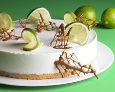 Eine sommerliche Torte mit Limettensaft und Rum ohne Backen