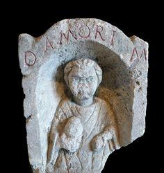 Abbaye Saint-Germain d'Auxerre-Stèle funéraire Amorus en calcaire trouvée à Entrains (Nièvre), cimetière Gallo- Romain. Inscription: D.M.DIIS MANIBUS; Inventaire XXIX.