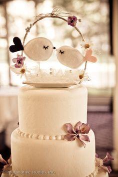 bolo com topo de passarinhos feito de feltro..BEAUTIFUL