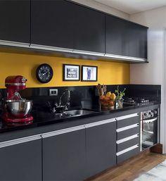 Cozinha-pequena-com -armarios-preto-fosco