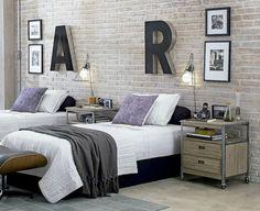 Dormitorio con pared de ladrillo visto