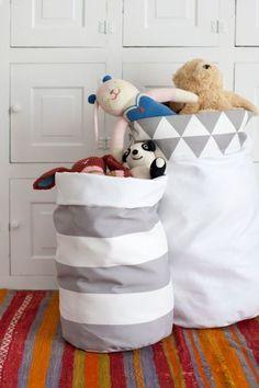 Aprenda a seguir como fazer um organizador de brinquedos de tecido passo a passo, para deixar o cantinho das crianças muito mais bonito. Opção ...