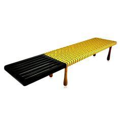 Banco grande 3 lugares com mesa lateral ebanizada. Pés em imbuia maciça em forma de gota e assento em tiras amarelas trançadas.    www.desmobilia.com.br