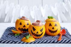 Her har vi fylt appelsiner med deilig sjokolademousse. Fancy Cakes, Pavlova, Pumpkin Carving, Good Food, Fun Food, Mousse, Muffins, Halloween, Baking