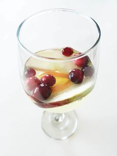 Holiday Cheer White Sangria — A perfectly crisp and de{light}ful holiday inspired adult beverage! Under 150 calories in a serving. Winter Sangria, Holiday Sangria, Winter Drinks, Holiday Drinks, Holiday Treats, Low Calorie Beer, Healthy Holiday Recipes, Smoothie Drinks, Smoothies