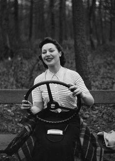 Renault A causa dei suoi continui ritardi sul lavoro, Robert Doisneau si vedrà costretto a lasciare la Renault nel 1939, all'età di 27 anni, dopo averne passati cinque come fotografo aziendale. Ritraeva le automobili in fotografie di svago, suggerendoci un senso di grande benessere e opulenza. Profondamente intriso di cultura operaia, fotografava anche le catene …