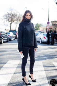 black chunky knit turtleneck, black skinny jeans & black pumps