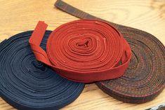 Diy Bed Sheets, Rag Rug Diy, Braided Wool Rug, Denim Rug, Rag Rug Tutorial, Felt Ball Rug, Fabric Rug, Scrap Fabric, Diy Braids