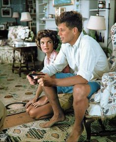 Jacqueline Bouvier is beging John Kennedy to buy a second wireless gamepad for the Historical photo. Jacqueline Bouvier is beging John Kennedy to buy a second wireless gamepad for the Jacqueline Kennedy Onassis, John Kennedy, Estilo Jackie Kennedy, Les Kennedy, Jaqueline Kennedy, Celebridades Fashion, Hyannis Port, Colorized Photos, Colorized History