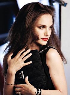 Natalie Portman once again fronts a Dior ad campaign. This time it is the campaign for Rouge Dior Fall/Winter ad campaign. Natalie looks stunning Jean Reno, Liam Neeson, Foto Fashion, Fashion Beauty, Natalie Portman Dior, Most Beautiful Women, Beautiful People, Jane Foster, Nathalie Portman