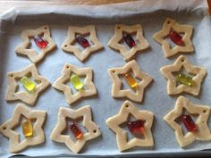 Stained-glass window biscuits – perfect last-minute Christmas tree decorations and gifts Christmas Cupcakes, Christmas Desserts, Christmas Treats, Xmas Food, Christmas Cooking, Iced Cookies, Cookie Desserts, No Bake Cake Pops, Baking Recipes For Kids