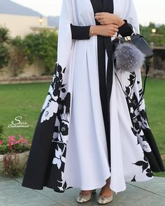 Black and white floral Check out our hijab tutorial www. Arab Fashion, Islamic Fashion, Muslim Fashion, Modest Fashion, Look Fashion, African Fashion, Fashion Dresses, Womens Fashion, Mode Abaya