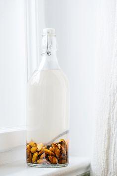 Mandelmilch ist eine leckere vegane Alternative zu tierischer Milch und super schnell selbst gezaubert.