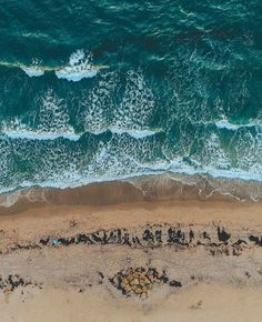 Happy Humpday to all ! ☀️🐪 This aerial photo of our beautiful beaches here in Deerfield Beach comes from photographer piercegainey ! #beachlife #carriagehouseresort