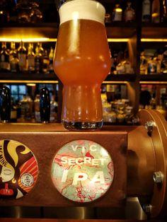Ο Vic Secret είναι αυστραλέζικος λυκίσκος όπου προσδίδει φρουτώδη χαρακτήρα στην μπύρα, με έντονη αίσθηση πεύκου.  Είναι κατάλληλος για τα τελευταία λεπτά του βρασμού , καθώς και για dry hopping, χαρίζοντας αρώματα ανανά και νότες βοτάνων. By Dreamer Brewing Hurricane Glass, Ipa, Ketchup, Greek, Bottle, Tableware, Dinnerware, Flask, Tablewares