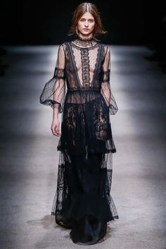 See all the Collection photos from Alberta Ferretti Autumn/Winter 2015 Ready-To-Wear now on British Vogue Moda Fashion, Runway Fashion, High Fashion, Fashion Show, Fashion Design, Look 2015, Vogue, Winter Mode, Fall Winter