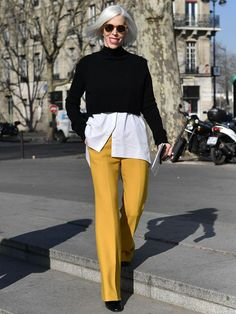 Yellow Pants Outfit, White Shirt Outfits, Fashion Over Fifty, Over 50 Womens Fashion, Fall Fashion Trends, Autumn Fashion, Paris Fashion, Black And White Pants, Black Jumper