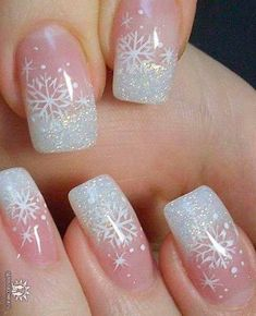 25 Snowflake Nail Designs For Christmas Eve! - Part 14 Let's admit it: we are all secretly dreaming about the upcoming Christmas season and now, it's time to dream more with these amazing snowflake nail art designs! Snowflake Nail Design, Snowflake Nails, Christmas Nail Art Designs, Winter Nail Designs, Nails With Snowflakes, Christmas Design, Christmas Gel Nails, Holiday Nails, Christmas Eve