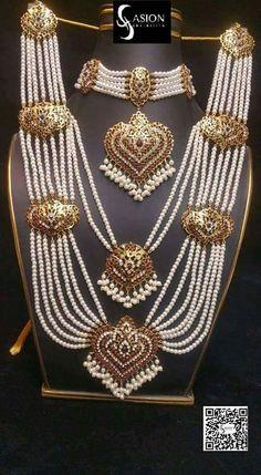 Pinterest • @KrutiChevli Wedding Jewellery Designs, Bridal Jewelry Sets, Gold Bangles Design, Gold Jewellery Design, Pakistani Bridal Jewelry, Indian Jewelry, Gold Set, Jewelry Patterns, Jewelry Collection