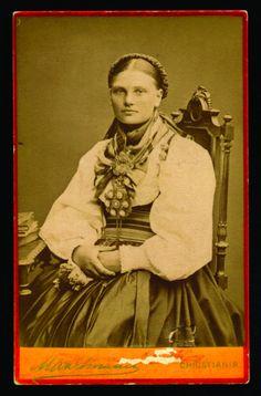 Beltestakk gjennom 200 år - Magasinet BUNAD Folk Costume, Costumes, Antique Photos, Black N White, Traditional Dresses, Folklore, My Eyes, Norway, Country