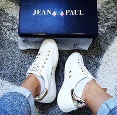 Jean Paul Lumiere, hvite sneakers med gulldetaljer #sneakers #jeanpaul #gold #kicks Chuck Taylor Sneakers, Chuck Taylors, Women's Shoes, Kicks, Footwear, Jeans, Outfits, Style, Fashion