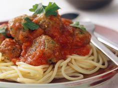 Spaghetti mit Fleischbällchen und Tomatensoße ist ein Rezept mit frischen Zutaten aus der Kategorie Fleisch. Probieren Sie dieses und weitere Rezepte von EAT SMARTER!
