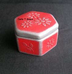 Carla Handmade: Caixa pequena em chacota, vermelha e prata, com flores em relevo.