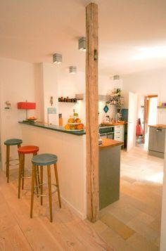 Offene küche mit theke  Offene Küche mit Theke und grifflosen Möbeln | Studentenwohnung ...