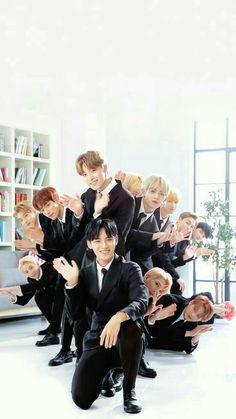 I swear they look like they're that ending photo scene in a insurance company commercial. Also Woozi trying to het in the picture is me. Jeonghan, Going Seventeen, Seventeen Debut, Seventeen Wonwoo, Seventeen Scoups, Hip Hop, K Pop, Banda Kpop, Day6 Sungjin