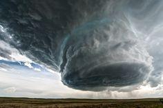 Spectaculaire video van een supercel (zwaarste type onweersbui, beginfase tornado) | Flabber