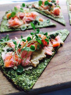Grøn pizza med laks og humus (mælkefri opskrift)