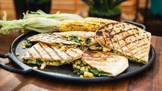 Quesadillas au fromage et aux maïs grillés Steven Raichlen, Quesadillas, Wrap Sandwiches, Empanadas, Enchiladas, Bbq, Clean Eating, Food Porn, Snacks