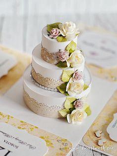 Ślubny exploding box z ręcznie wykonanym, bogato zdobionym tortem w środku. ----- Wedding exploding box with cake inside