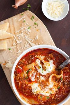 The lasagna soup is extracafe, spicy and packed with typical lasagna ingredients Quick and easy, perfect – kochkarussellcom The post Lasagna Soup appeared first on Woman Casual - Food and drink Soup Appetizers, Appetizer Recipes, Dinner Recipes, Simple Appetizers, Lasagne Soup, Halloween Appetizers For Adults, Halloween Dinner, Lasagna Recipe With Ricotta, Lasagna Ingredients